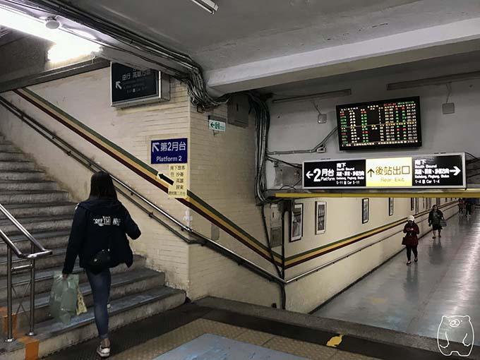 2番乗り場へと向かう階段をのぼる