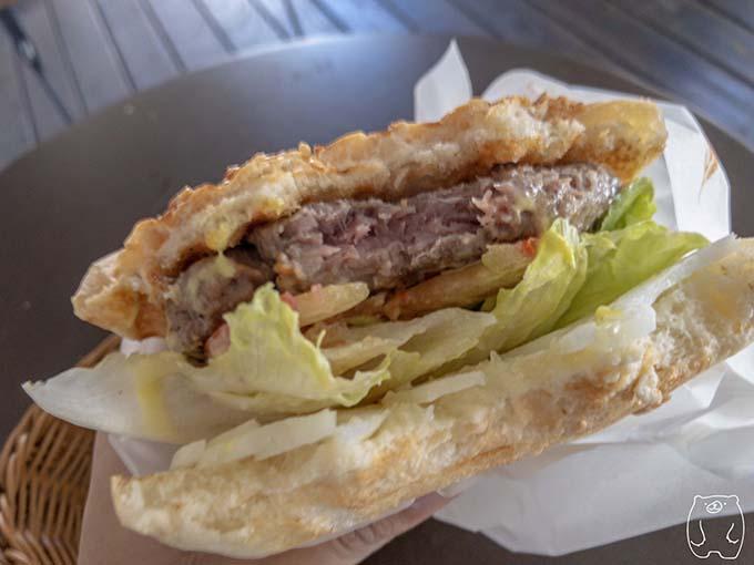 達楽早午餐|超厚牛肉起司漢堡を食べた様子