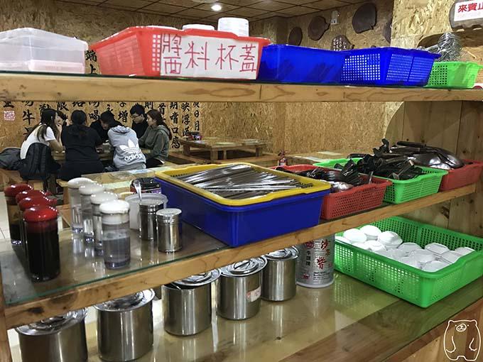 劉哥牛肉湯|食器・調味料がおいてある棚