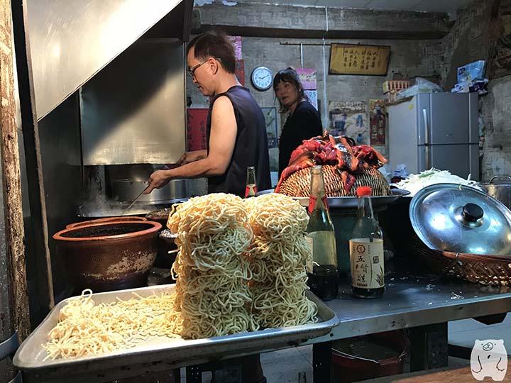阿江炒鱔魚|麺を茹でる様子