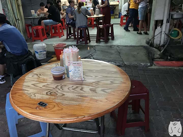 六千牛肉湯|テーブルと椅子
