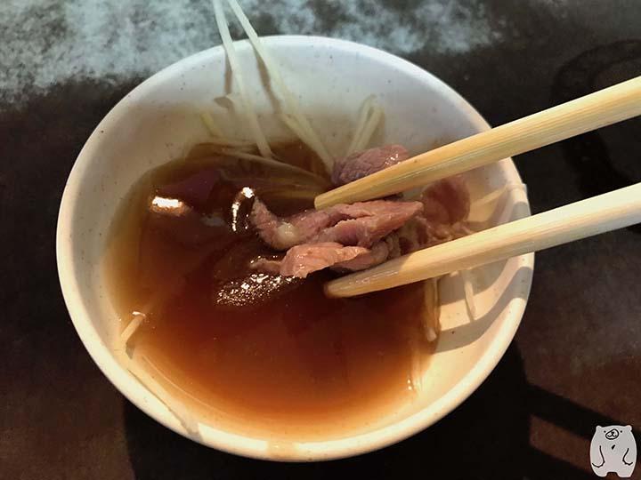六千牛肉湯|牛肉をタレにつけて食べる