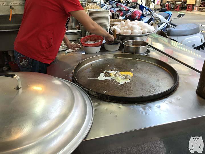 石精臼蚵仔煎|蚵仔煎の調理風景|卵と牡蠣を焼く