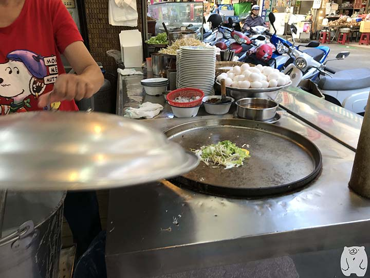 石精臼蚵仔煎|蚵仔煎の調理風景|キャベツともやしをのせる