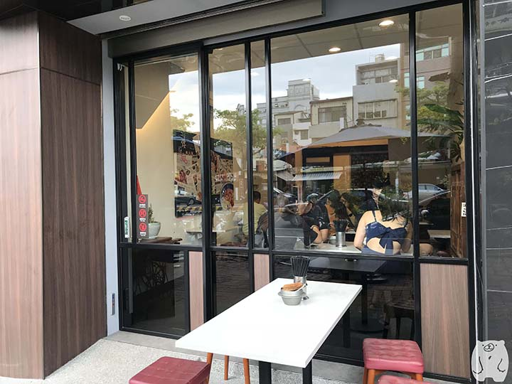 矮仔成蝦仁飯|お店の外のテーブル
