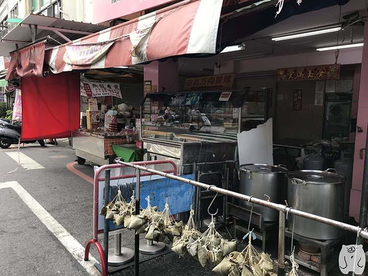 邱惠美鳳梨酥のお店の前に並んでいるちまき