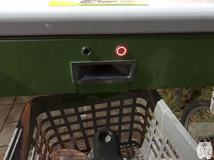 赤いボタンを押し、自転車を取り出す