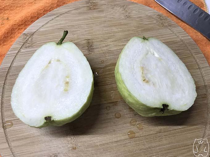【台湾フルーツ】グアバの食べ方|包丁で切る