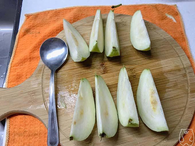 【台湾フルーツ】グアバの食べ方|包丁で食べやすい大きさに切る