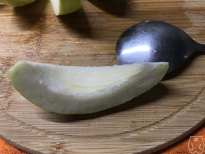 【台湾フルーツ】グアバの食べ方|スプーンで種をくり抜く