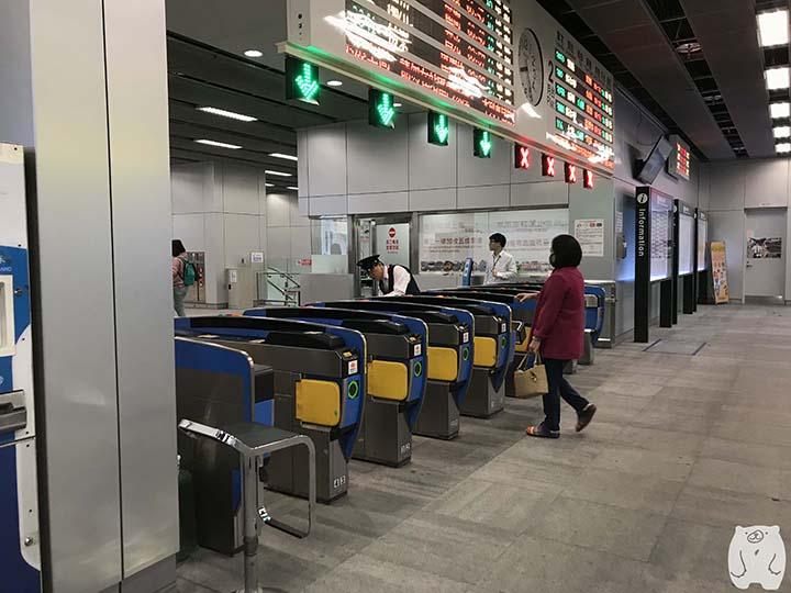 台湾鉄道「高雄駅」 改札を通過する
